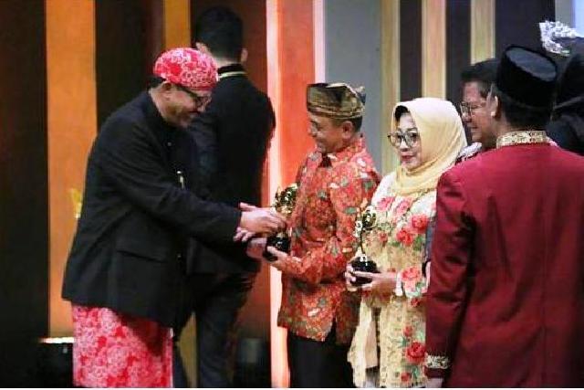 Pesona Ombak Bono, Bupati Pelalawan HM Harris Terima Anugerah Pesona Indonesia 2017