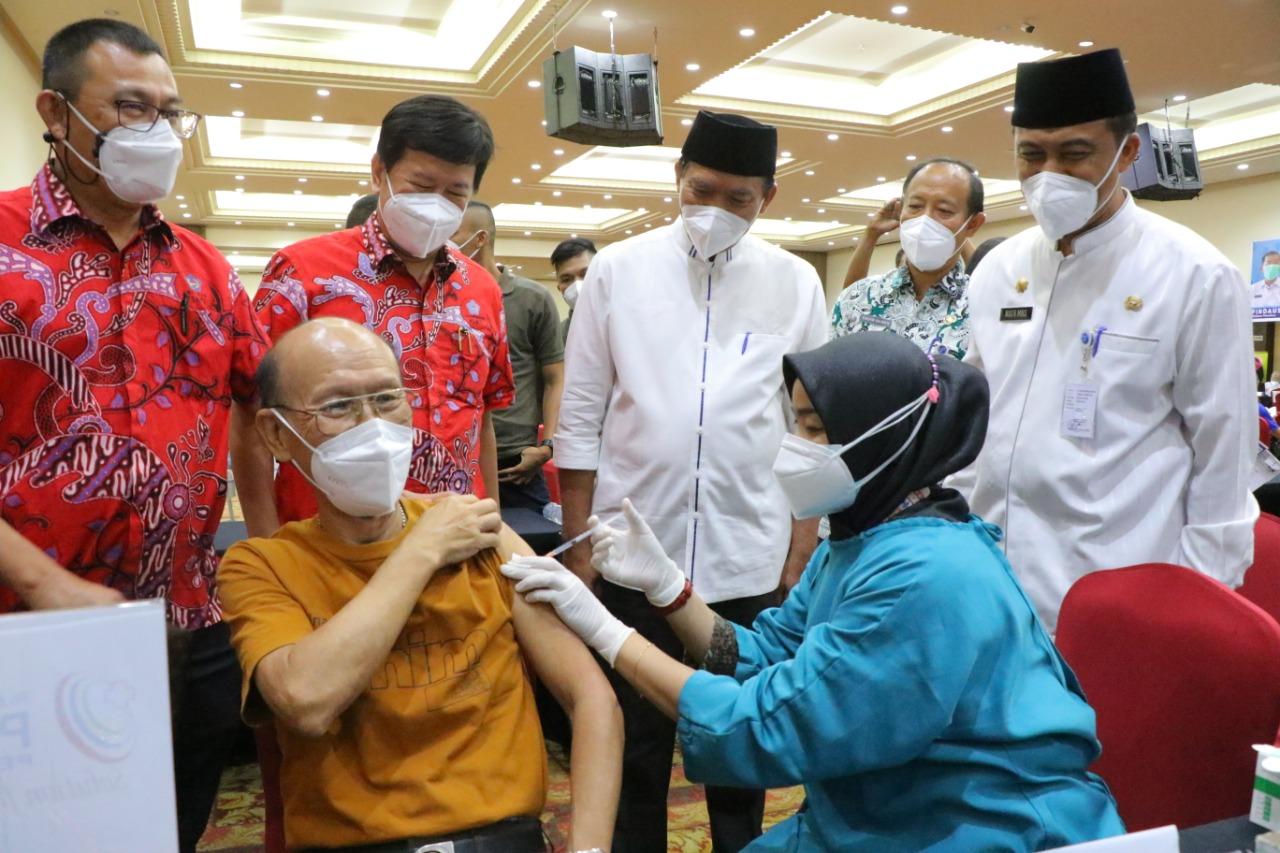 Vaksinasi Kelompok Lansia di Riau Terus Digesa
