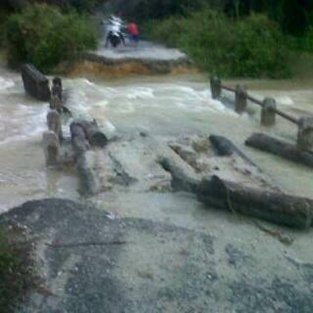 Akibat Banjir Jembatan Pondok Gelugur Inhu Ambruk