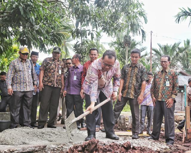 Bupati Irwan Letak Batu Pertama Mushola Al-Munawaroh Desa Sokop