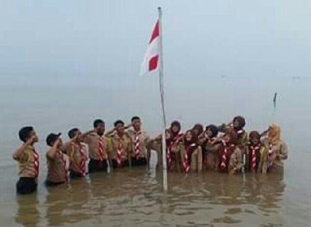 Unik, di Inhil Pramuka Upacara diatas Air Peringati Hari Sumpah Pemuda
