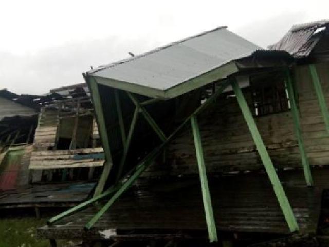 Diterjang Angin Kencang, Bagunan Sekolah di Rohil Runtuh