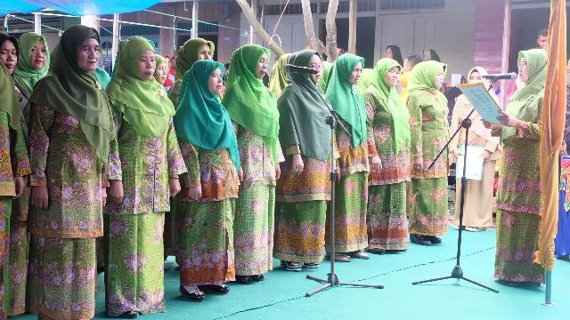 Lantik Pimpinan Muslimat NU Gaung, Ketua PC Muslimat NU Inhil Serahkan Buku POAM NU