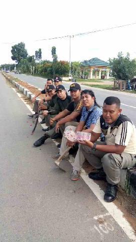 Satpol Pamong Praja Goro Bersihkan Rumput Di Jalan Jalur Dua Air Molek