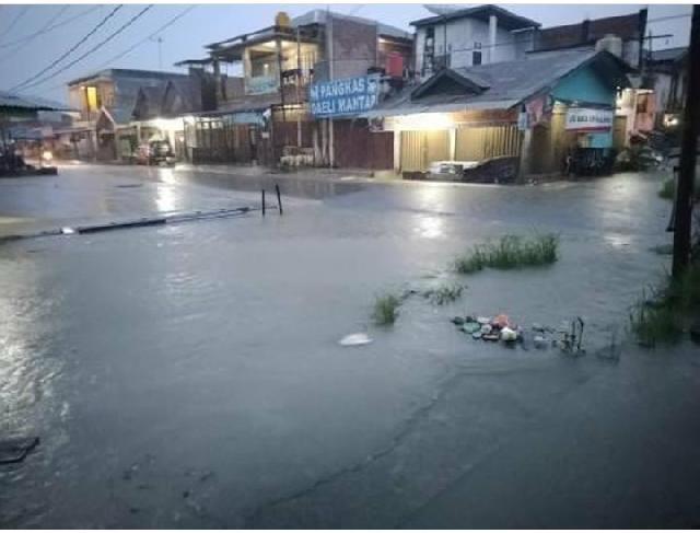 Ruas Jalan Dan Rumah Warga BTN Lama Pangkalan Kerinci Digenangi Air Melebihi Mata Kaki