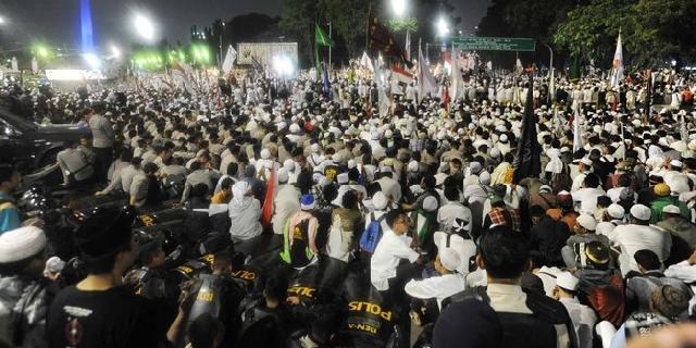 Ketua MPR Hadapi Demonstran yang Masih Bertahan di depan Gedung MPR