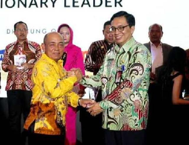 Bupati Harris Terima Penghargaan Indonesia Visionari Leader