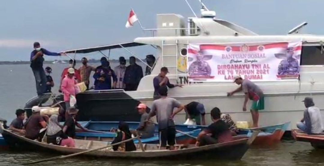 Puluhan Paket Sembako Disalurkan TNI -AL Selatpanjang